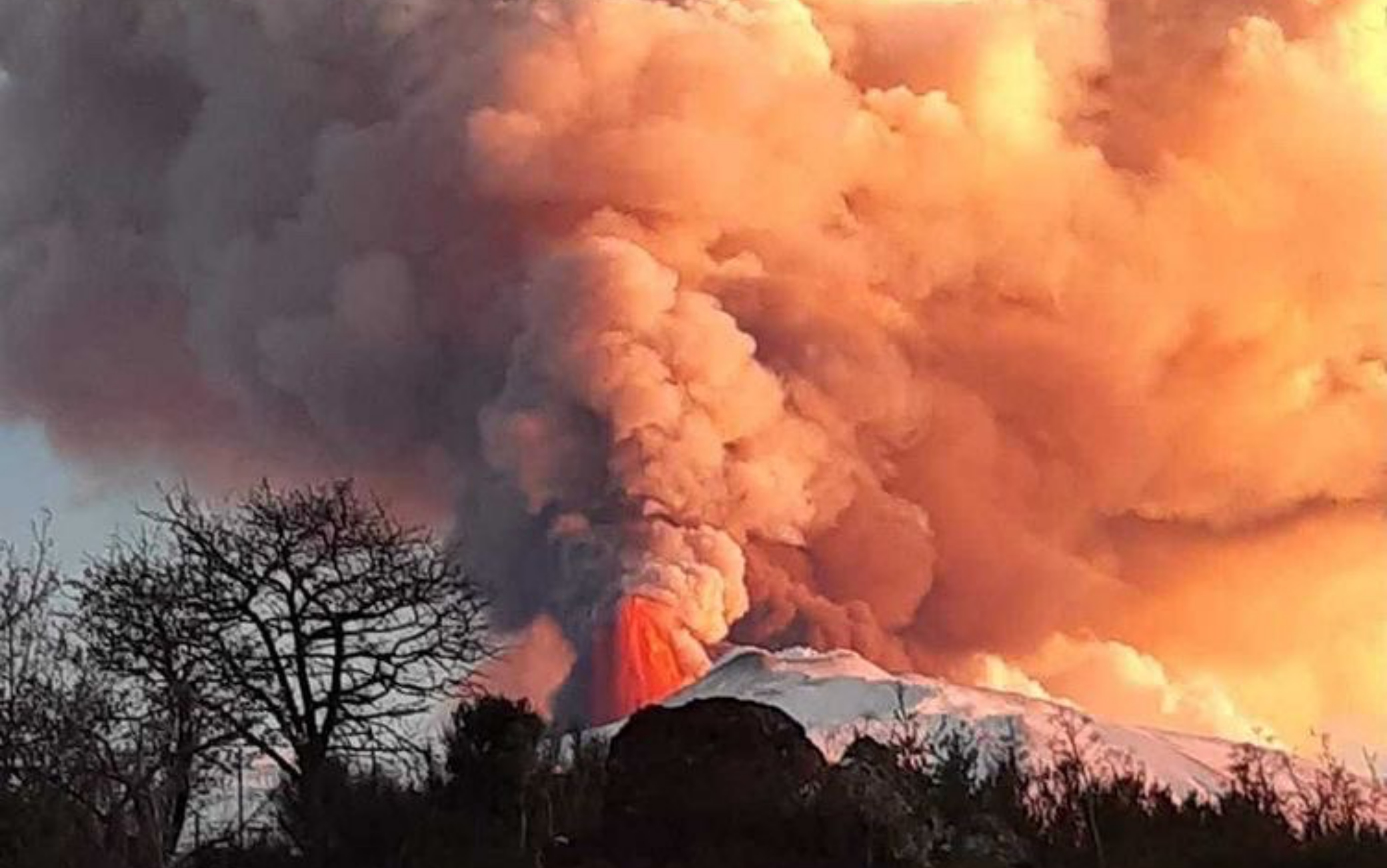 Etna, riapre l'aeroporto di Catania. Città coperta da cenere lavica