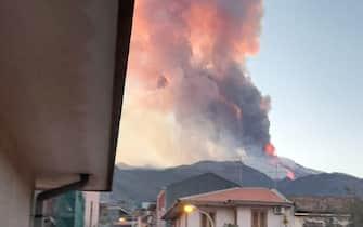 Una spettacolare eruzione è in corso sull'Etna con una forte attività esplosiva dal cratere di Sud-est e l'emissione di una alta nube di cenere lavica che si disperde verso sud, 16 febbraio 2021. Dalla stessa 'bocca' emerge un trabocco lavico che ha prodotto un modesto collasso del fianco del cono generando un flusso piroclastico che si è sviluppato lungo la parete occidentale della valle del Bove. FACEBOOK LAURA LA FORNARA +++ ATTENZIONE LA FOTO NON PUO' ESSERE PUBBLICATA O RIPRODOTTA SENZA L'AUTORIZZAZIONE DELLA FONTE DI ORIGINE CUI SI RINVIA +++ ++ HO - NO SALES, EDITORIAL USE ONLY ++