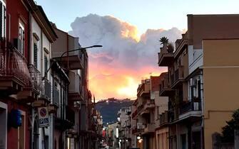 Una spettacolare eruzione è in corso sull'Etna con una forte attività esplosiva dal cratere di Sud-est e l'emissione di una alta nube di cenere lavica che si disperde verso sud, 16 febbraio 2021. Dalla stessa 'bocca' emerge un trabocco lavico che ha prodotto un modesto collasso del fianco del cono generando un flusso piroclastico che si è sviluppato lungo la parete occidentale della valle del Bove. FACEBOOK SALVO RICCI +++ ATTENZIONE LA FOTO NON PUO' ESSERE PUBBLICATA O RIPRODOTTA SENZA L'AUTORIZZAZIONE DELLA FONTE DI ORIGINE CUI SI RINVIA +++ ++ HO - NO SALES, EDITORIAL USE ONLY ++