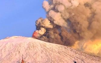 Una spettacolare eruzione è in corso sull'Etna con una forte attività esplosiva dal cratere di Sud-est e l'emissione di una alta nube di cenere lavica che si disperde verso sud, 16 febbraio 2021. Dalla stessa 'bocca' emerge un trabocco lavico che ha prodotto un modesto collasso del fianco del cono generando un flusso piroclastico che si è sviluppato lungo la parete occidentale della valle del Bove. FACEBOOK ANTONIO SCAGLIONE +++ ATTENZIONE LA FOTO NON PUO' ESSERE PUBBLICATA O RIPRODOTTA SENZA L'AUTORIZZAZIONE DELLA FONTE DI ORIGINE CUI SI RINVIA +++ ++ HO - NO SALES, EDITORIAL USE ONLY ++