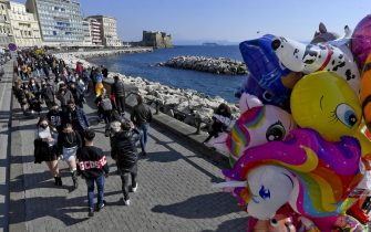 Restaurants full of customers and crowds of passers-by on the waterfront before the return of Campania region to the orange zone due to the surge in Covid-19 infections, in Naples, southern Italy, 20 February 2021. ANSA/CIRO FUSCO