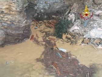 Una porzione del cimitero di Camogli (Genova) è franato in mare. Diverse bare sono state viste galleggiare in acqua. Sul posto sono arrivate le squadre dei vigili del fuoco di Rapallo. Non sono ancora chiare le cause del crollo del terreno che ospita il cimitero, 22 febbraio 2021. ANSA/US VIGILI DEL FUOCO +++ NO SALES, EDITORIAL USE ONLY +++