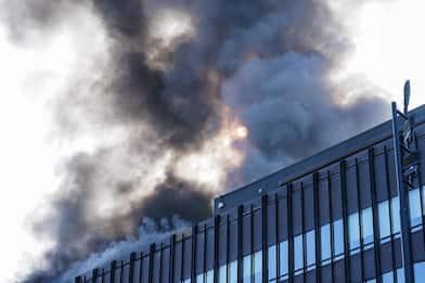 Torino, incendio nell'ex palazzo Fiat: lunga colonna di fumo. FOTO