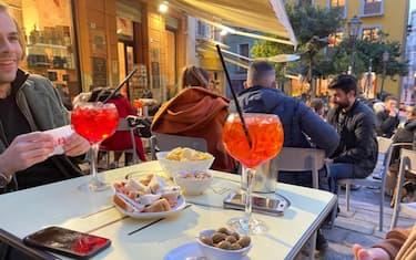 Bar affollati dopo le 18 a Cagliari nel primo giorno della Sardegna in zona bianca, 1 marzo 2021. ANSA/ STEFANO AMBU