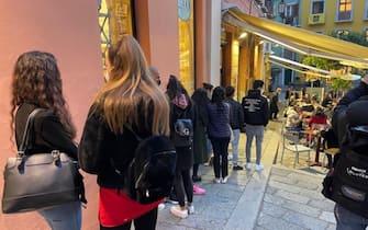Locali affollati per l'aperitivo a Cagliari nel primo giorno della Sardegna in zona bianca, 1 marzo 2021. ANSA/ STEFANO AMBU
