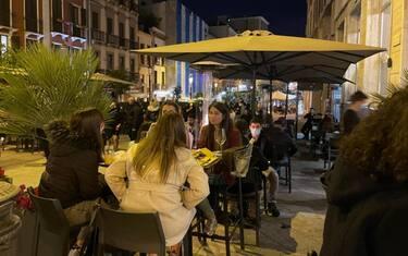 Locali affollati dopo le 18 a Cagliari nel primo giorno della Sardegna in zona bianca, 1 marzo 2021. ANSA/ STEFANO AMBU