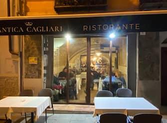 Clienti seduti ai tavoli di un ristorante a Cagliari, 1 marzo 2021. ANSA/MURGIA