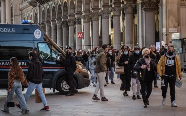 People stroll in the city center on Sunday afternoon, last day of the yellow zone in Lombardy, in Milan, Italy, 28 February 2021. The general COVID-19 risk situation has deteriorated in Italy for the fourth consecutive week and new measures are need to combat contagion, according to a draft of the weekly coronavirus monitoring report of the health ministry and the Higher Health Institute (ISS). ANSA/ MATTEO CORNER