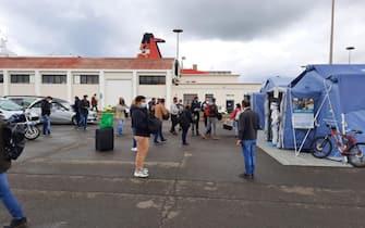 Cinque tende sul molo Sabaudo al porto di Cagliari e quattro postazioni con una decina di operatori sanitari dell'Ats per i test obbligatori in ingresso in Sardegna, 9 Marzo 2022. ANSA/Ufficio Stampa Autorità portuale Mari di Sardegna