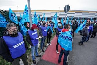 Amazon couriers attend a strike in front of the Brandizzo's Amazon logistics center in Turin, Italy, 22 March 2021. ANSA/TINO ROMANO
