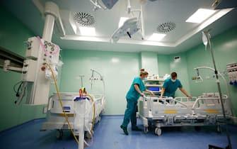 Gli operatori sanitari combattono con l'emergenza covid che sovraccarica le strutture di Pronto Soccorso Gli operatori sanitari combattono con l'emergenza covid che sovraccarica le strutture di Pronto Soccorso