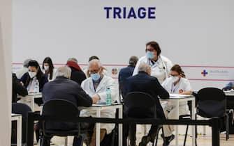 Personale sanitario accoglie cittadini al triage di un hub vaccinale anti-Covid19, nel Lazio