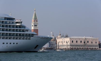 Venezia, via libera all'attracco temporaneo grandi navi a Marghera