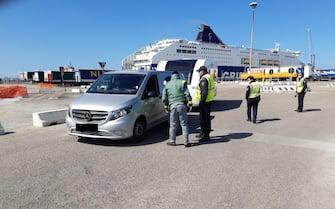 Sono ripresi da lunedì 22 marzo i controlli realizzati dal Corpo forestale della Regione Sardegna per vigilare sul rispetto delle regole stabilite per l'emergenza sanitaria da Covid-19. Tra le 18 del 22 marzo e le 18 del 23 marzo, sono stati effettuati 954 controlli negli scali aeroportuali e portuali: 380 nell'aeroporto di Cagliari e 5 in quello di Alghero; 300 nel porto di Olbia, 141 in quello di Porto Torres, 100 a Cagliari, 28 a Santa Teresa di Gallura. Sono state notificate 6 contestazioni, 24 Marzo 2021. ANSA/US/REGIONE SARDEGNA