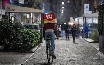 Foto LaPresse - Claudio Furlan 02/11/2018 Milano ( Mi ) Cronaca Rider di food delivery in notturna