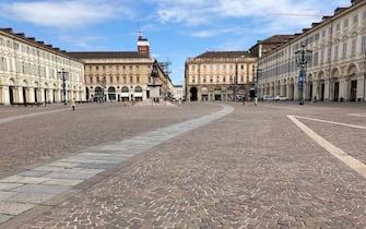 Piazza San Carlo deserta alle ore 12 nella domenica di Pasqua, Torino, 4 aprile 2021 ANSA/ALESSANDRO DI MARCO