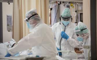 Foto Max Cavallari/Ansa Foto terapie intensive presso l'Ospedale Sant'Orsola di Bologna, la situazione per ora è sotto controllo ma rischia di andare al colleasso se i numeri continueranno a salire.