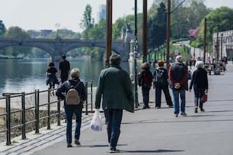 Alcune persone passeggiano lungo il fiume Po all'altezza dei Murazzi. Torino 05 aprile 2021 ANSA/TINO ROMANO