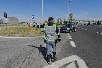 Gli agenti della polizia stradale effettuano controlli ad un posto di blocco il giorno di Pasquetta  alla barriera Milano Assago direzione Genova,  Milano, 5 Aprile,  2021,  ANSA/Andrea Fasani