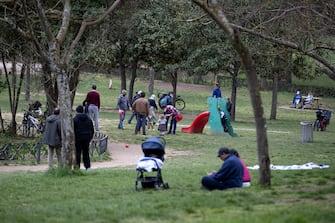Persone passeggiano per Pasquetta a Villa Ada a Roma 5 aprile 2021 ANSA/MASSIMO PERCOSSI
