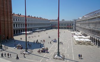 An owerview of San Marco's square in Venice with the umbrellas at the bar tables, 26y June 2020. ANSA/ANDREA MEROLA