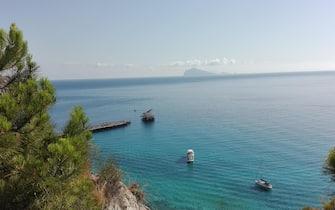 Il golfo di Porticello nell'isola di Lipari (Messina). Sullo sfondo l'Isola di Panarea, 7 Luglio 2016. ANSA/ BENOIT GIRODTramonto alle isole Eolie (Messina), lo scoglio di Stombolicchio al largo di Stromboli, 7 Luglio 2016. ANSA/ BENOIT GIROD