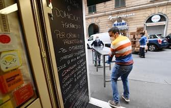 Si lavora nel ristorante che ha riaperto, dopo l'ordinanza della regione Liguria che ne permette l'apertura per il take away  o consegne a domicilio, senza poter consumare i prodotti dentro il negozio. Genova, 27 Aprile 2020.  ANSA/LUCA ZENNARO