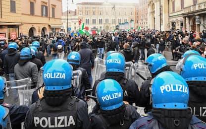 """Roma, tensioni a manifestazione """"Io Apro"""": lancio di petardi e cariche"""