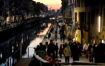 Milanesi lungo i Navigli il primo giorno dopo il ritorno alla zona arancione a Milano, 1 marzo 2021.ANSA/Mourad Balti Touati