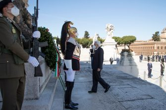 This handout photo provided by the Quirinal Press Office shows Italian President Sergio Mattarella attending a wreath-laying ceremony at the Altar of the Fatherland marking the 76th Liberation Day in Rome, Italy, 25 April 2021.     ANSA/ QUIRINAL PRESS OFFICE/ FRANCESCO AMMENDOLA +++ ANSA PROVIDES ACCESS TO THIS HANDOUT PHOTO TO BE USED SOLELY TO ILLUSTRATE NEWS REPORTING OR COMMENTARY ON THE FACTS OR EVENTS DEPICTED IN THIS IMAGE; NO ARCHIVING; NO LICENSING +++