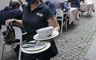 Una cameriera porta dei piatti