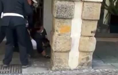Padova, vigili stringono il collo di un giovane fermato: è polemica