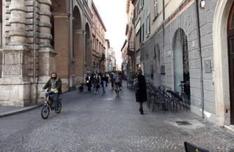 Vie centrali di Rimini con tanta gente a passeggiare e molti in bicicletta, ma senza particolari assembramenti in un sabato pomeriggio di zona arancione con lo spettro di una virata verso l'arancione scuro per la Romagna sulla scia di quanto già avvenuto nell'Imolese, in quattro comuni del Ravennate e nella Città metropolitana di Bologna. ANSA/GIANLUCA ANGELINI