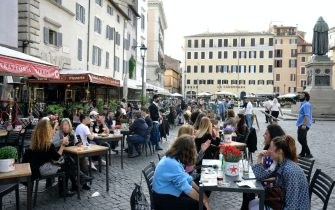 People around in Campo de Fiori on the eve of 1st May holiday, Rome, Italy, 30 aprile 2021. ANSA/CLAUDIO PERI