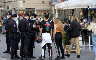Italian Carabinieri perform checks on the people around in Campo de Fiori on the eve of 1st May holiday, Rome, Italy, 30 aprile 2021. ANSA/CLAUDIO PERI