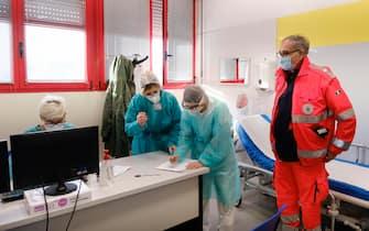 """Operatori sanitari nel """"Vaccine Day"""" negli ambulatori del Centro servizi Ausl di Baggiovara (Modena). Modena, 27 Dicembre 2020. ANSA /ELISABETTA BARACCHI"""