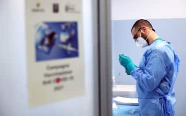 Un medico dell esercito prepara una dose di vaccino  all ospedale militare di Milano dove si sta provvedendo alla vaccinazione del  personale sanitario. MIlano , 15 Febbraio  2021.ANSA / MATTEO BAZZI