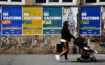 Sono centinaia i manifesti apposti in citta' per la campagna informativa sulle vaccinazioni della Regione Liguria, Genova, 25 marzo 2021. ANSA/ LUCA ZENNARO