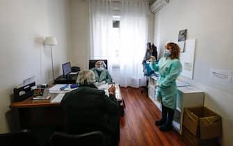 Una paziente che ha ricevuto il vaccino anti Covid-19 presso un UCP (Unità cure primarie) che riunisce diversi medici di medicina generale della ASL RM1. Partono oggi nella regione Lazio le vaccinazioni, con il vaccino Astrazeneca, presso gli studi dei medici di medicina generale iniziando dai 65enni, Roma 1 marzo 2021. ANSA/FABIO FRUSTACI