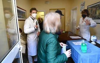 Una delle prime somministrazioni in Italia nella struttura della Farmacia Nizza del vaccino anti Covid-19. Genova, 30 marzo 2021.ANSA/LUCA ZENNARO