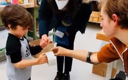 Bebe Vio insegna a bimbo come usare la protesi mioelettrica. VIDEO
