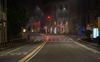 Milano, le strade della metropoli e i luoghi della movida si presentano deserte poco dopo le ore 23:00 nel primo sabato sera di coprifuoco in citta a seguito del Dpcm per contrastare i contagi da Covid 19. Nella foto via Visconti MOdrone (MILANO - 2020-10-25, Massimo Alberico) p.s. la foto e' utilizzabile nel rispetto del contesto in cui e' stata scattata, e senza intento diffamatorio del decoro delle persone rappresentate