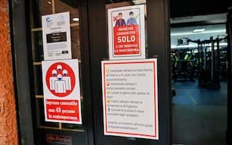 Cartelli con le norme anti Covid allÕingresso della palestra Silver Gym chiusa secondo le misure anti Covid contenute nel nuovo DPCM entrato in vigore da oggi, Roma, 26 ottobre 2020. ANSA/RICCARDO ANTIMIANI