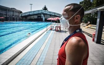 La piscina comunale centro sportiovo Saini riaèperta al pubblico dopo il lockdown chiusura per l emergenza coronavirus Covid-19, Milano 1 Giugnoo 2020. Ansa/Matteo Corner