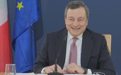 """Siparietto tra Draghi e un pavone: """"Vediamo se dice qualcosa..."""""""