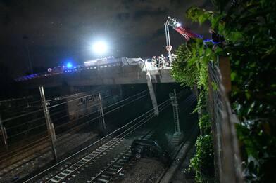 Milano, auto precipitata sui binari del treno: morto il conducente