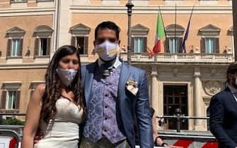 """Un momento del flash mob in piazza Montecitorio a Roma, messo in scena dalle imprese e dai liberi professionisti del settore matrimoni ed eventi, per protestare """"contro la mancata indicazione della data di ripartenza per le feste, 26 Aprile 2021. ANSA/FOTO CONCESSE DAI MANIFESTANTI"""