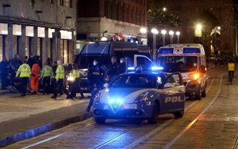 Movida violenta dopo il coprifuoco lanci di bottiglie e risse, intervengono polizia  e ambulanze, Milano, 09 maggio 2021. ANSA / PAOLO SALMOIRAGO