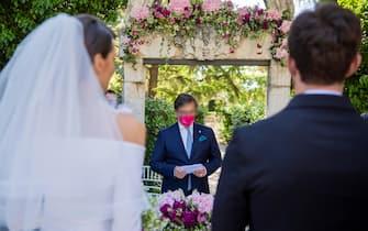 In una foto dell'ufficio stampa di Federmep, un matrimonio simulato  organizzato  in una sala ricevimenti di Bari, 12 maggio 2021. ANSA +++ HO NO SALES - DITORIAL USE ONLY +++ o +++ ANSA PROVIDES ACCESS TO THIS HANDOUT PHOTO TO BE USED SOLELY TO ILLUSTRATE NEWS REPORTING OR COMMENTARY ON THE FACTS OR EVENTS DEPICTED IN THIS IMAGE; NO ARCHIVING; NO LICENSING +++