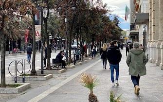Persone a passeggio nella città di Pescara